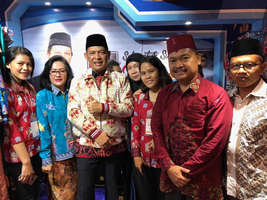 5. Bapak Fahrizal Fitri, S.Hut.,MP selaku Sekda provinsi Kalimantan Tengah sedang mencoba Jaket batik khas Provinsi Kalimantan tengah hasil karya rumah produksi Ruhui Rahayu.jpg